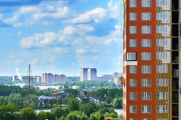 Открытие современного московского городского пейзажа возле строящегося дома