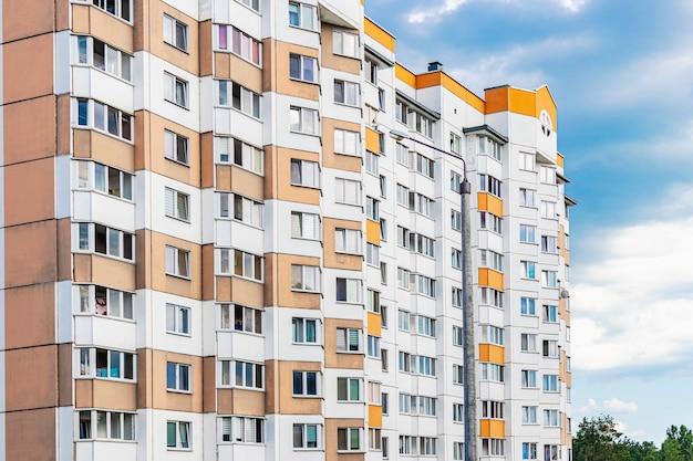 현대적인 다층 주거 지역. 젊은 가족을 위한 새로운 주거용 건물 건설. 현대 주택 건설입니다. 주거 기금. 저당.