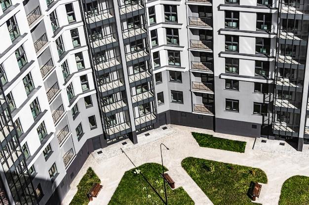 Современный многоэтажный жилой дом. вид сверху во двор современного дома. ипотечное кредитование молодой семьи. беларусь. солигорск.