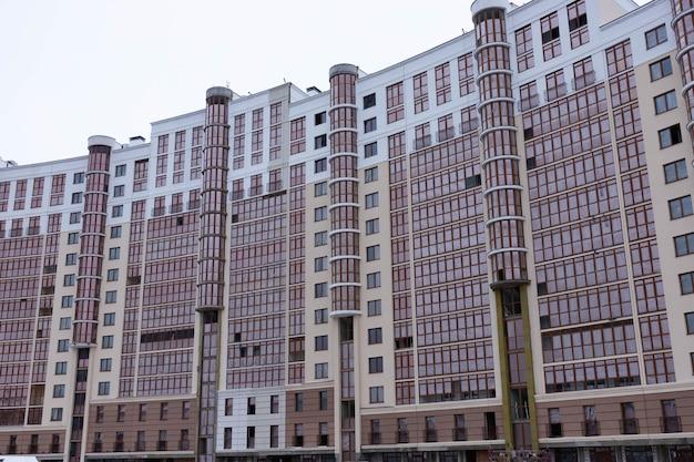 Современный многоэтажный стеклянный небоскреб.