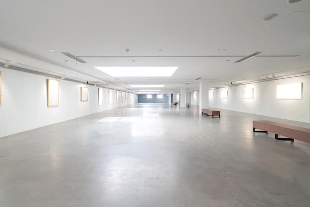 현대 박물관 예술 빈 갤러리 내부 공간 흰색 벽과 나무 바닥