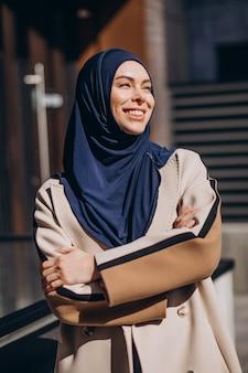 通りを歩くヘッドスカーフを着た現代のイスラム教徒の女性