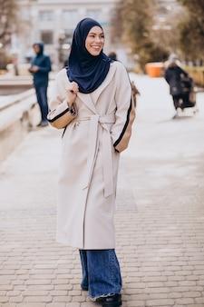 Moderna donna musulmana che indossa il velo che cammina per la strada