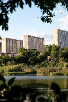 강 옆에 있는 현대적인 새 건물. 완벽한 휴식. 이상적인 삶