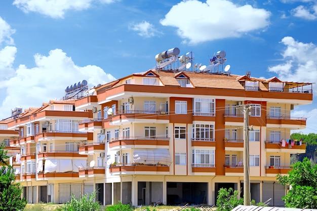 Современное новое жилое здание в пригороде