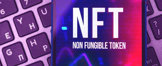 Современный фон баннера токенов nft в фиолетовых тонах, крупный план логотипа, отображаемый на экране, фотография концепции будущего криптоарта