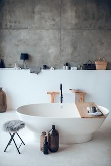 Современная красивая ванная комната с большой ванной