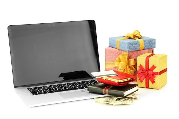 Современные ноутбуки и подарочные коробки, изолированные на белом