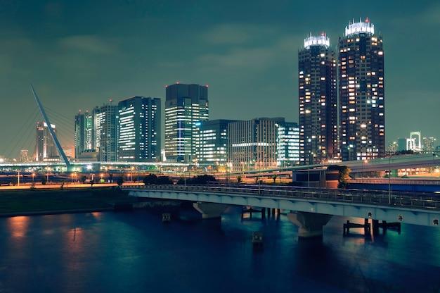 夜のイルミネーションによる東京の近代的なお台場地区の建物