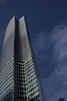 Современное офисное здание в большом городе.