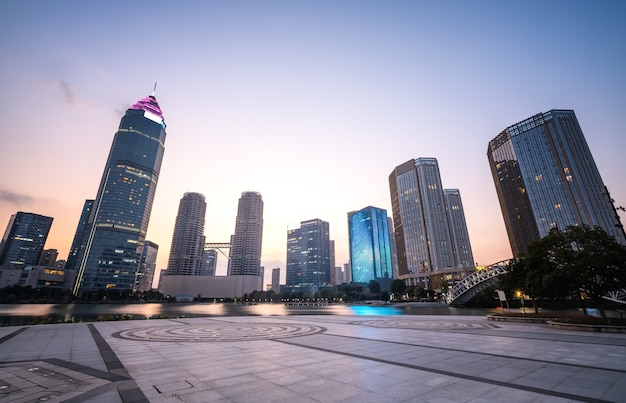 Современное офисное здание в центральном деловом районе города шаосин, китай