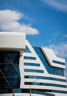 Современное офисное здание, роскошный отель над голубым небом