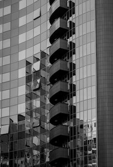 ガラスと金属で作られたモダンなオフィスビル。黒と白の建築