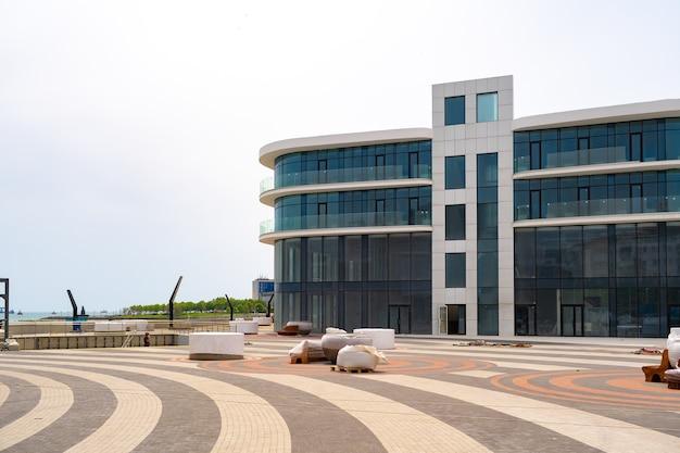 대형 창문이있는 현대적인 오피스 빌딩이 막 완성되었습니다.