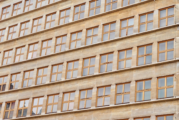 창문이 있는 현대적인 사무실 건물