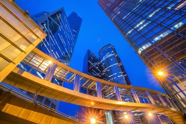 황혼에 홍콩 중심부의 현대적인 사무실 건물