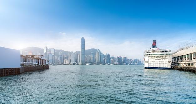 香港中心部の近代的なオフィスビル