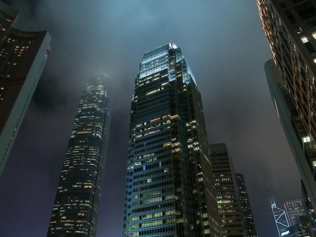홍콩 도시의 밤에 현대 사무실 건물