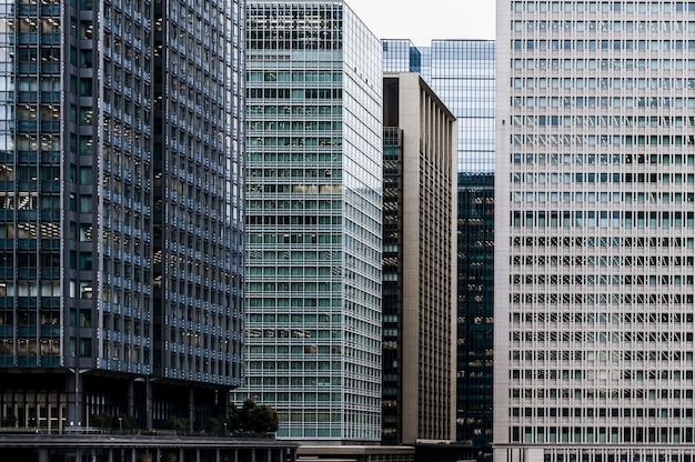 도시에있는 현대 오피스 빌딩