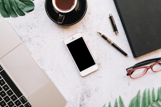 Современная компоновка офисного стола с технологическим устройством