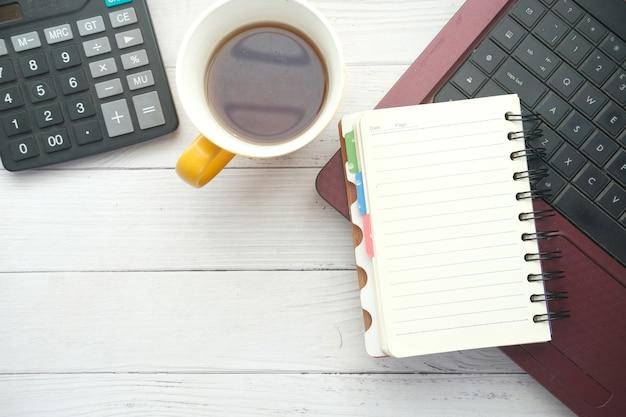 Современный офисный стол с ноутбуком и стационарным на столе