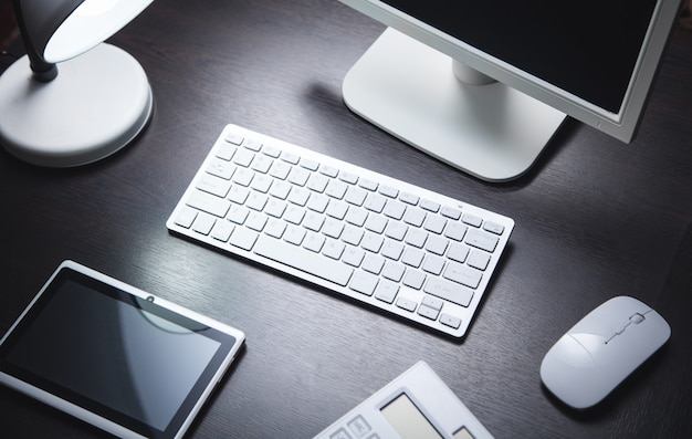 Современный офисный стол