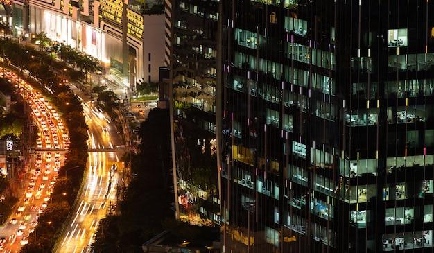 夜にライトが付いている近代的なオフィスの新しい建物