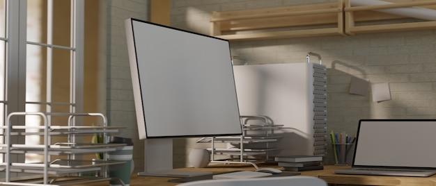 Современный офис с пустым экраном компьютера и ноутбука с офисным декором и сиянием от солнца
