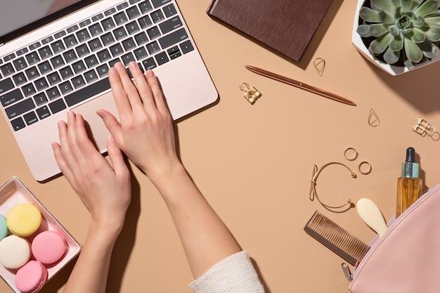 現代のオフィスの職場、ビジネスコンセプト。フラットレイスタイル、上面図。ラップトップと女性の背景。