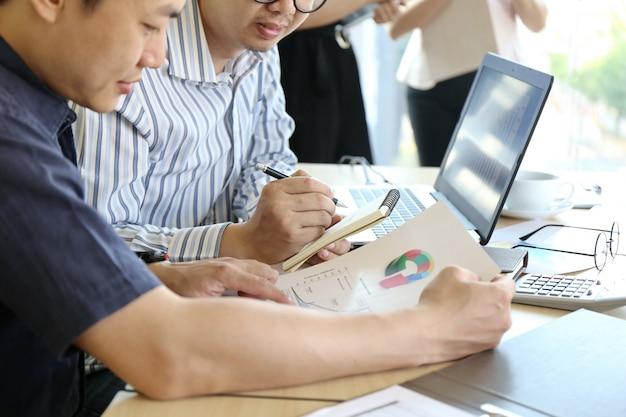 男はキーボードのラップトップ手を入力します。ビジネスチーム作業スタートアップmodern office