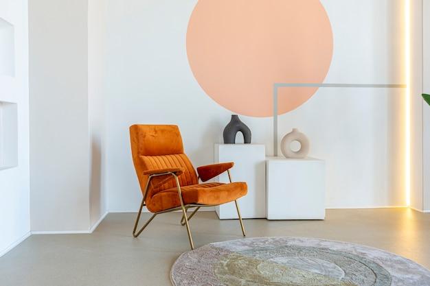 Современный интерьер комнаты открытой планировки в футуристическом стиле в пастельных тонах с графической отделкой стен. очень высокие потолки и огромное окно. мягкая стильная мебель с золотыми металлическими элементами