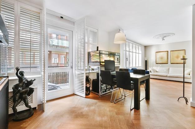 청동 조각상과 그림으로 장식 된 세련된 가구가있는 넓은 방의 현대적인 열린 공간 홈 인테리어 디자인