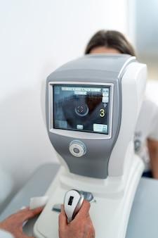 Современная офтальмологическая клиника. инструменты для проверки зрения и здоровья глаз.
