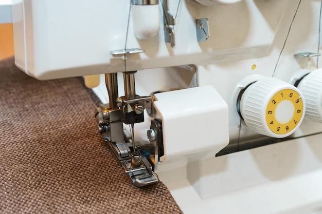 衣類のアイテムで使用されている現代のかがり縫いミシン圧力足