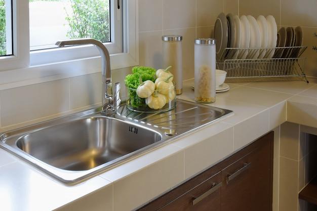 キッチンに調理器具を備えた近代的な食器棚