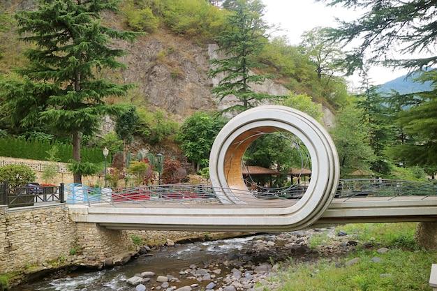 Современный пешеходный мост через реку боржомула в городе боржоми, грузия