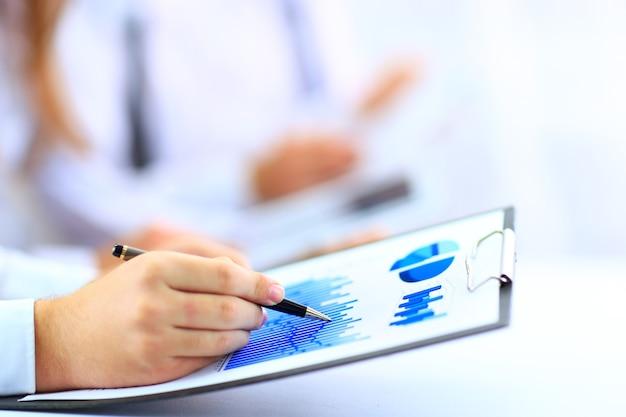 비즈니스를하는 현대인, 그래프 및 차트가 터치 패드 화면에 표시됨