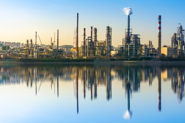Современный нефтехимический завод и производственное оборудование