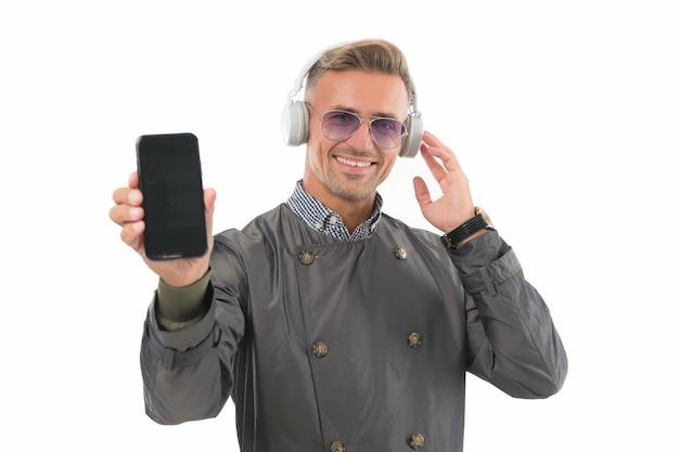 Современный телефон. стиль жизни блогера. красивый ухоженный мужчина, создающий контент для личного блога. интернет-блог. концепция цифрового влиятельного лица. общение по видеозвонку. личный блог в социальных сетях.