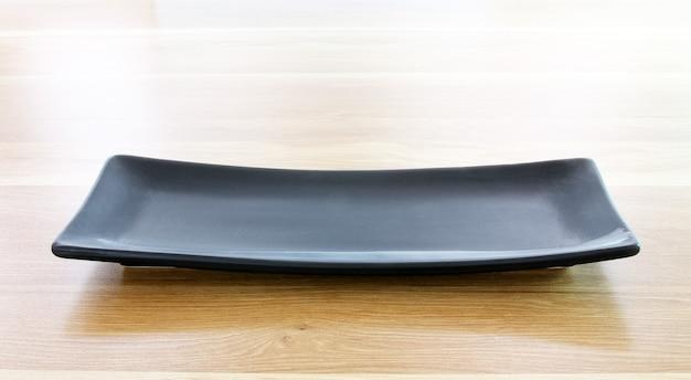 나무 테이블 배경에 현대 접시