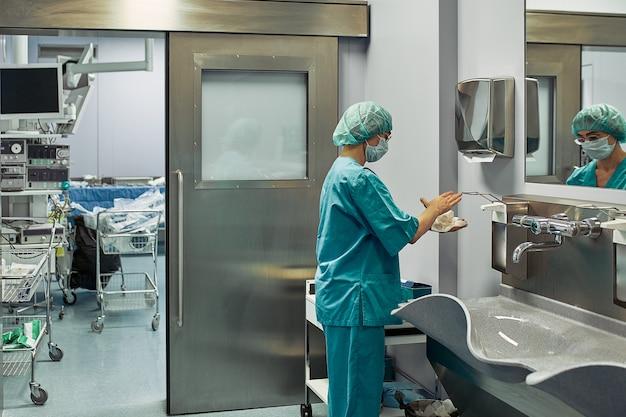 医師のための手術前の現代的な部屋