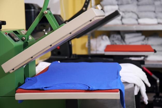 職場でのtシャツ付きの最新の印刷機