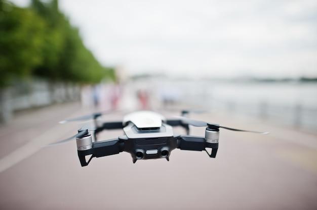 デジタルカメラを備えた現代のプロのドローンクワッドコプター。