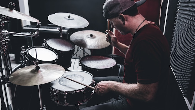 現代のプロのドラマーは、リハーサルベース、赤と黒のレコーディングスタジオでドラムを演奏します
