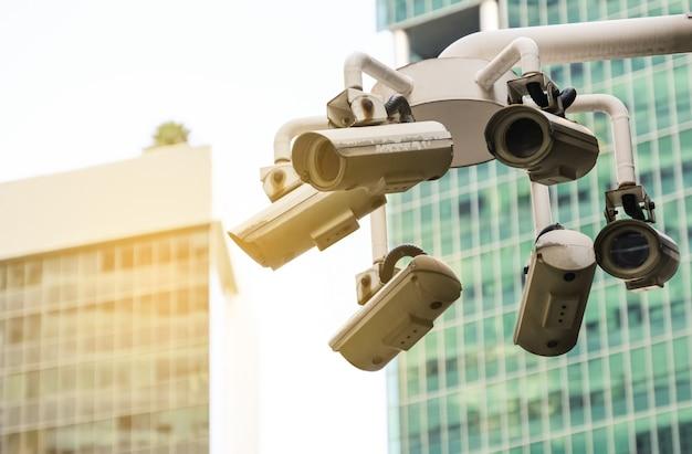 Современная общественная камера видеонаблюдения на размытом фоне здания с копией пространства