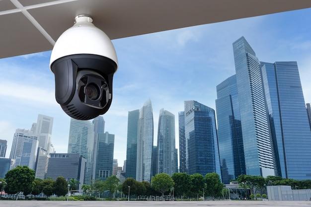 Современная общественная камера видеонаблюдения на фоне здания с копией пространства