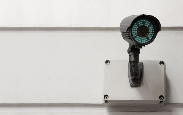 Современная общественная камера видеонаблюдения на цементной стене