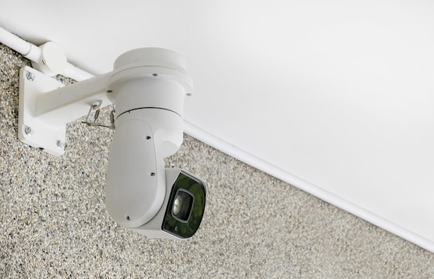 Современная общественная камера видеонаблюдения на стене с копией пространства
