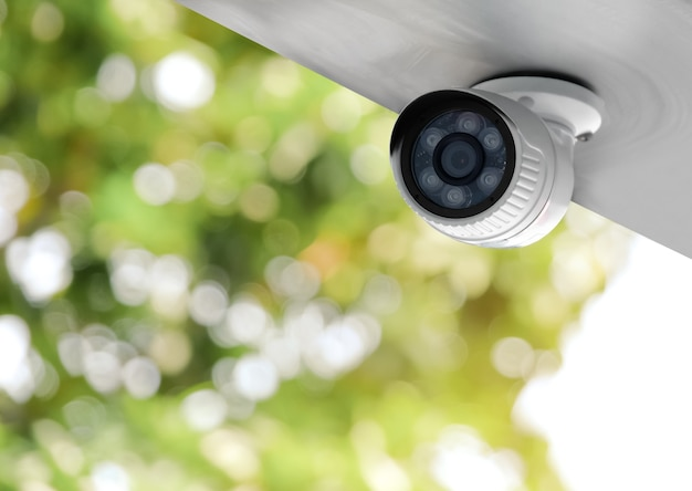 Современная общественная камера видеонаблюдения, записывающая днем и ночью