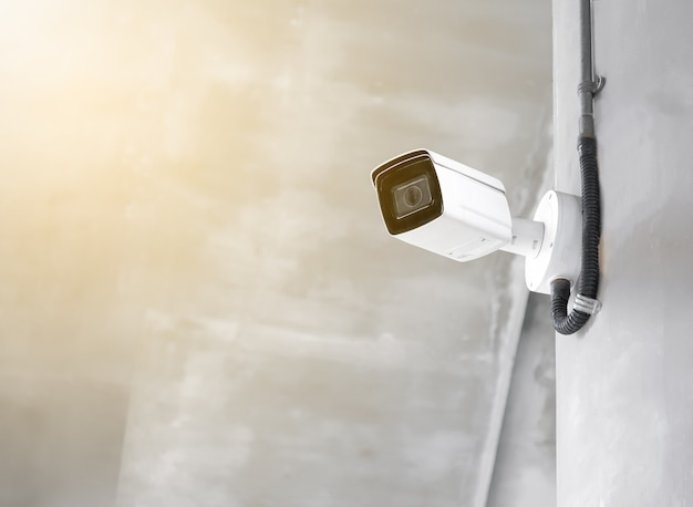 コピースペースのあるセメント壁の現代の公共cctvカメラ